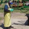 Figure 7. Algunas etiquetas indican que un delantal resistente a productos químicos deben ser usados ??durante la limpieza del equipo de aplicación.