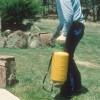 Figure 4. Un pulverizador de bomba manual se utiliza comúnmente para aplicar plaguicida diluido en agua alrededor de césped y jardín.